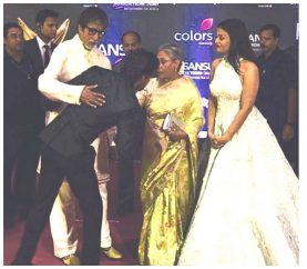 When SRK Touched Big B's Feet On The Red Carpet…