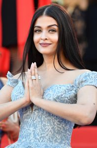 Indian actress Aishwarya Rai poses as she arrives on May 19, 2017 for the screening of the film 'Okja' at the 70th edition of the Cannes Film Festival in Cannes, southern France. / AFP PHOTO / Alberto PIZZOLI